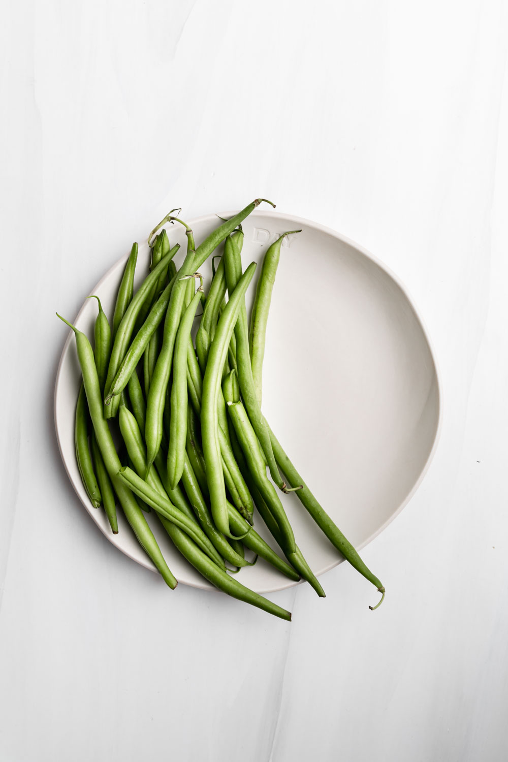 white plate with green beans for making easy green beans recipe