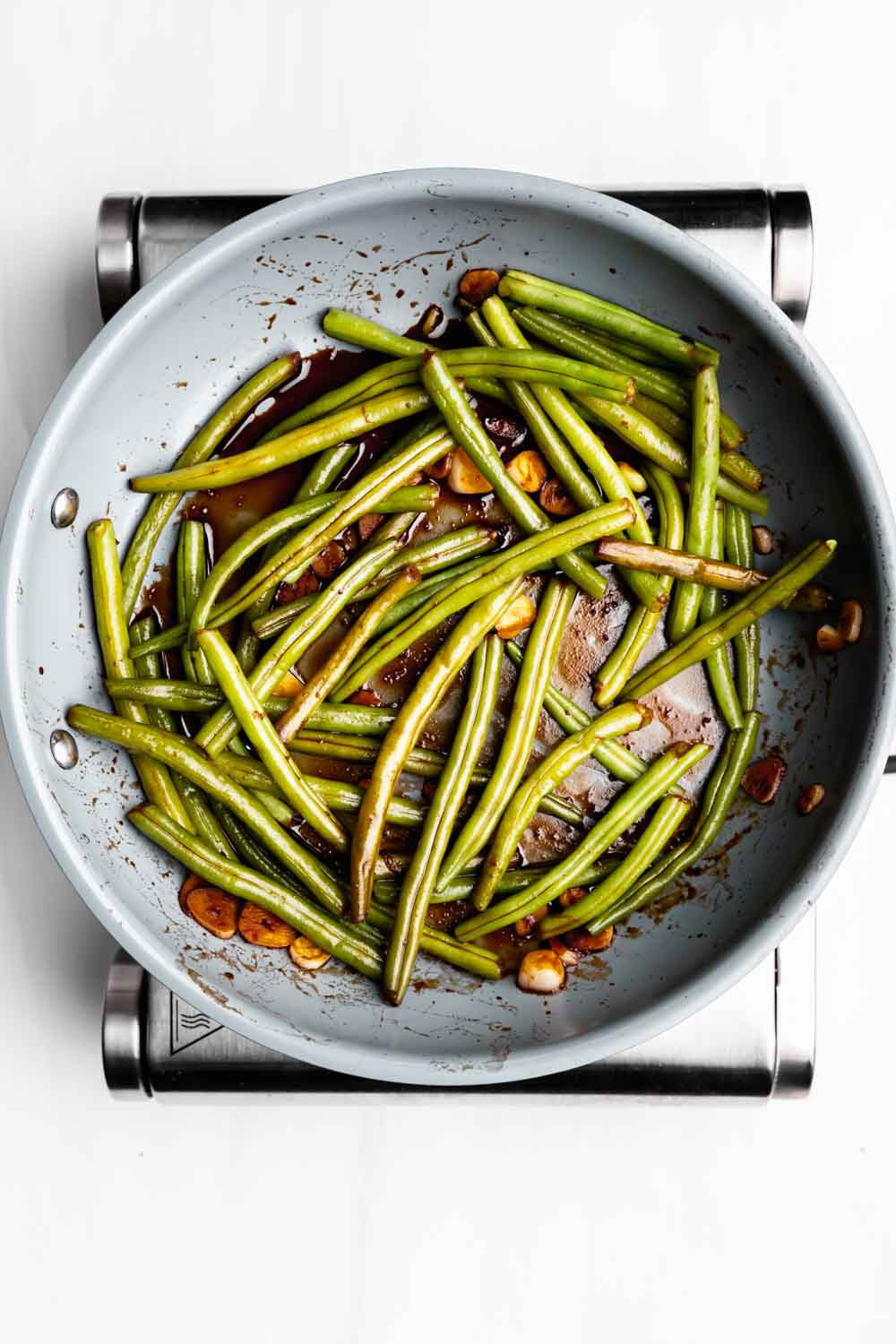 showing how to cook green beans in a pan